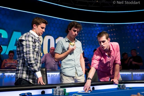 Isaac Baron, Dominik Panka a Mike McDonald diskutují o dealu na final tablu Main Eventu PCA 2014