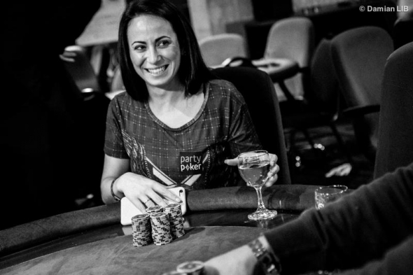 Natalia Brevigieri s logem Party Pokeru