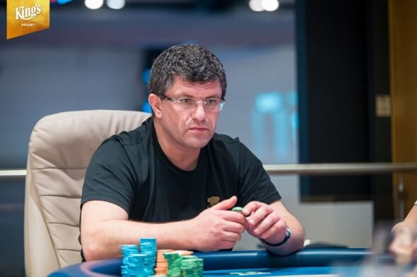 Leon Tsoukernik vede finalisty €100k Short Deck Super High Rolleru